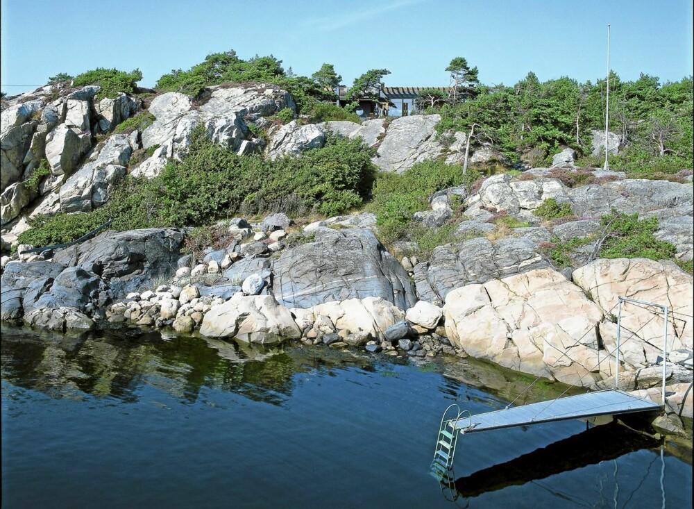TERRENGTILPASSET: Hytta ved Kragerø ligger meget diskret plassert i terrenget.