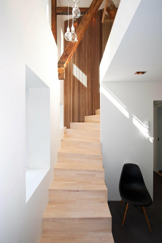 LEDER BLIKKET OPPOVER:  Trappen mellom hallen og allrommet knytter etasjene sammen ¿ også visuelt. Spilkledningen i sedertre og pendellampene fra Muuto bidrar til å hviske ut etasjeskillet.