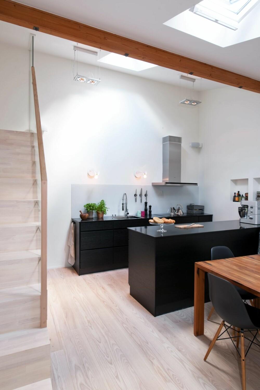 OVERLYS UTEN INNSYN: Allrommet forsynes med dagslys fra vinduer i taket. Kjøkkenet er fra Kvik, pendellampene Square S 2 og vegglampene Birdie er fra SM Lys.