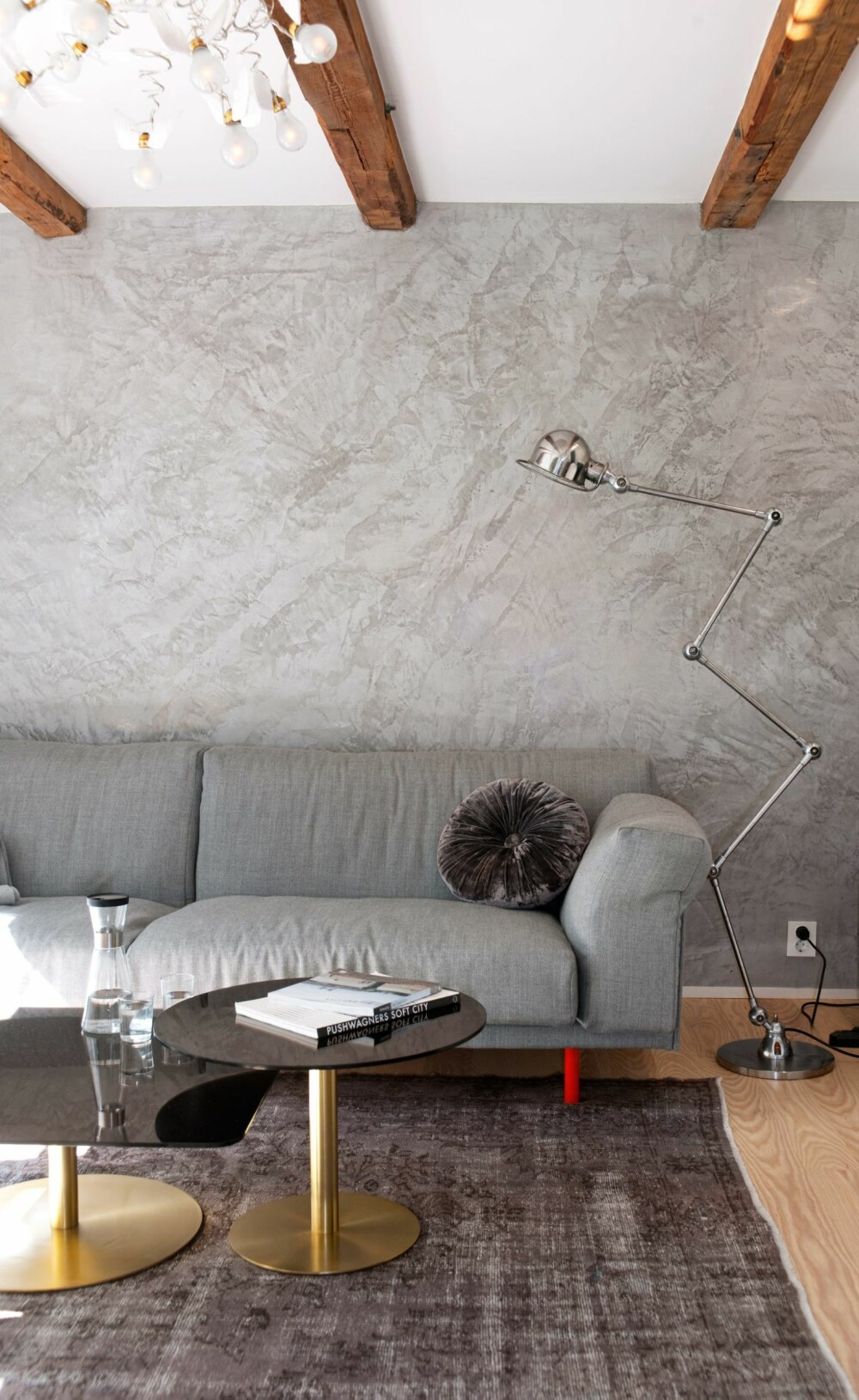 AVSLAPPET LUKSUS I FØRSTE: Ett av rommene på bakkeplan er innredet som tv-stue. Sofaen er fra Hjelle, sofabordene fra Tom Dixon. Veggene er påført en type sparkel som gir en marmorisert effekt, akkurat som på badet.