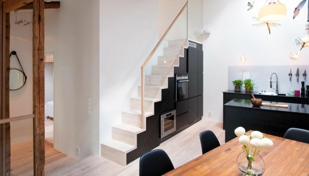 ÅPEN PLANLØSNING I STALLEN: Andre etasje inneholder allrom og soverom. Trappen leder opp til en mesanin.