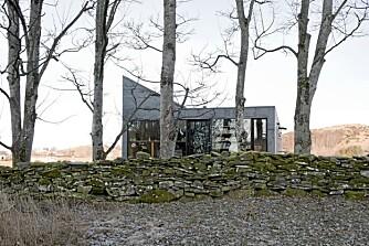 MAGISK: Det har oppstått et vellykket samspill mellom nytt og gammelt på Rennesøy-tomten. Den markante husprofilen matsjer de stedstypiske steingjerdene.