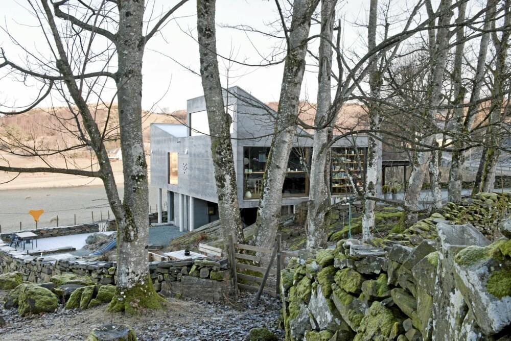 GAMLE TUFTER: Det hypermoderne huset står på  eldgamle tufter med blant annet grunnmurrester av et grisefjøs.