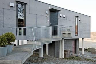 OPPSIKTSVEKKENDE: Inngangen til huset går via en krummet bro på påler. Dette er ny, nork arkitektur på eldgamle tufter.