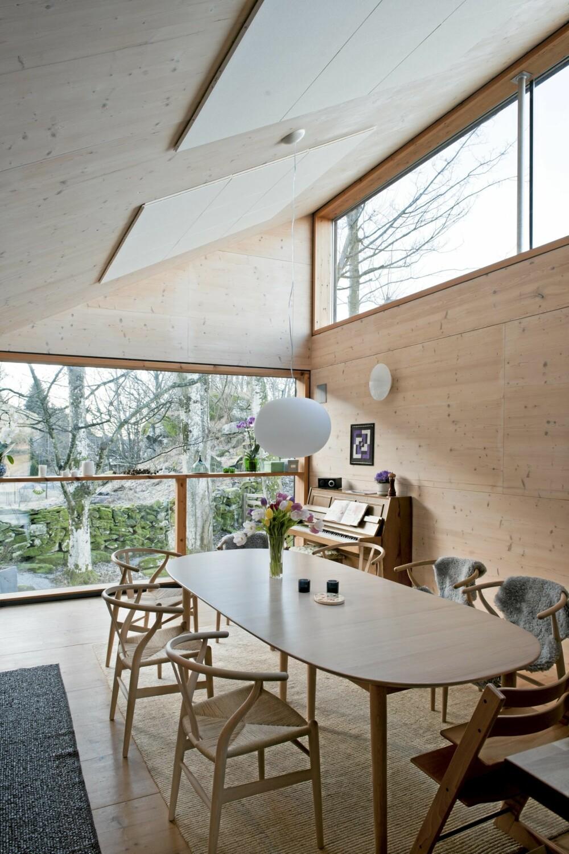 KUL MASSIVTREKONSTRUKSJON: Så rent og enkelt kan det gjøres. I dette interiøret råder dagslyset, høyden under taket og de solide trematerialene.