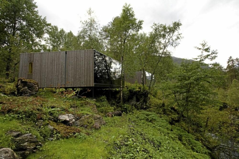 EGEN PERLE: Det supermoderne bygget Juvet ligger rett ved den tradisjoenelle, gamle gården Burtigarden.