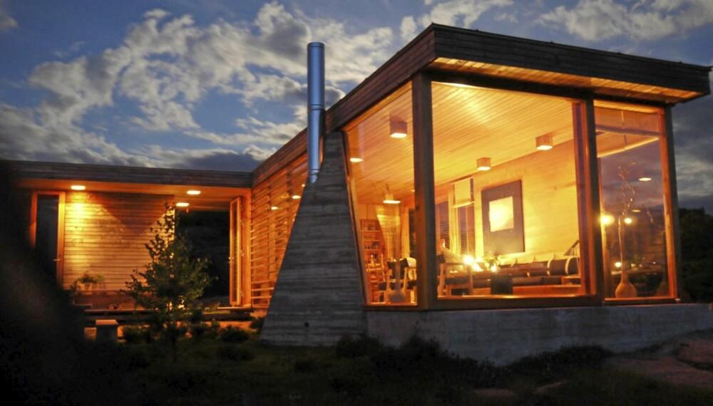 UNIK ATMOSFÆRE: Om kvelden lyser Halvorsen-hytta som en lampe eller lykt ut mot sjøen.