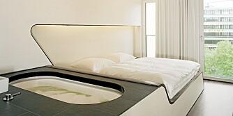 SOVEROM: Et av de sentrale elementene på rommene er badekaret. Disse har blitt integrert i rommet. Rammene til sengene brytes rundt karet.