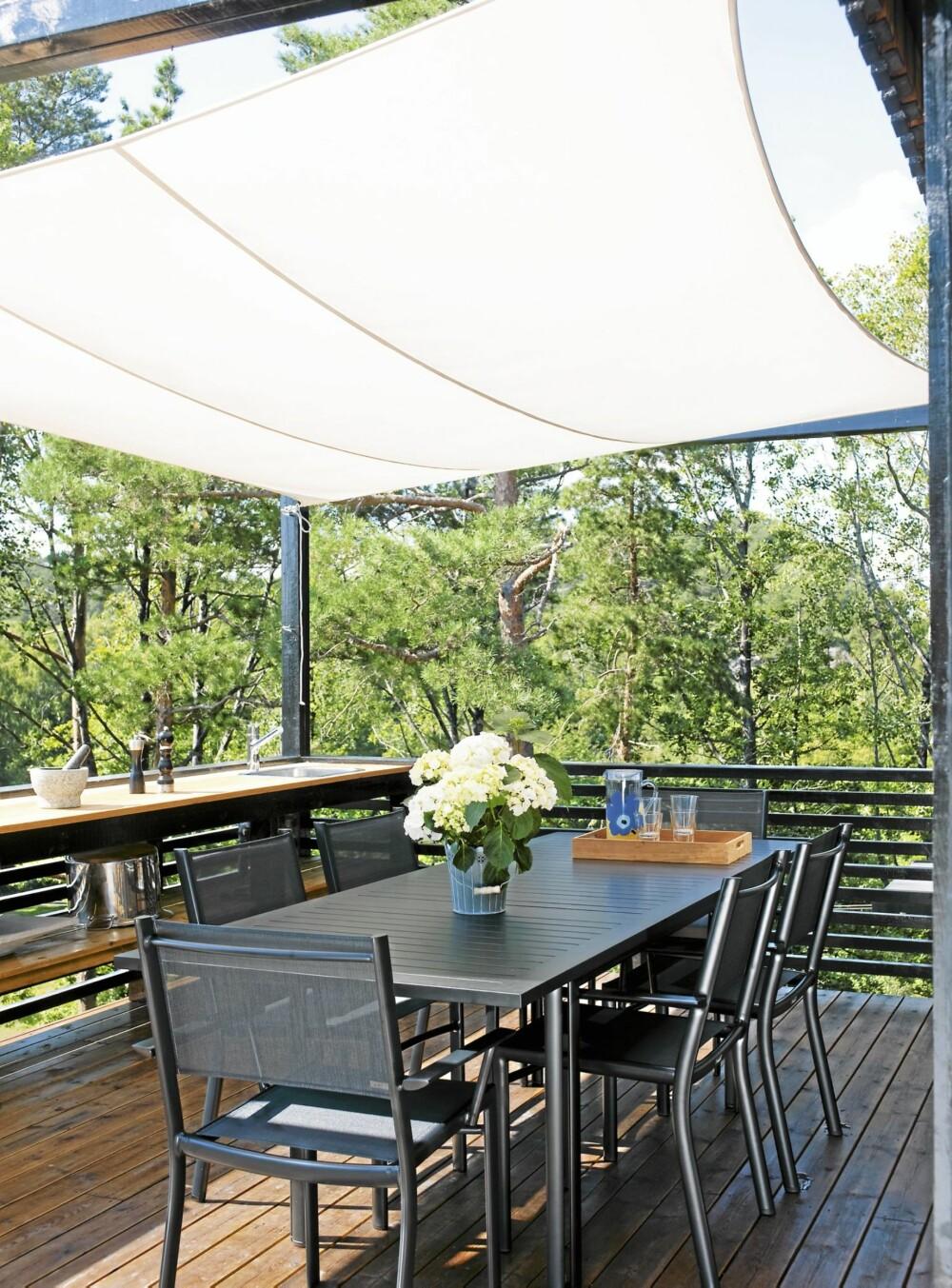 UTE Er LIKE BRA SOM INNE: Med det store solseilet er det mulig å tilberede mat og sitte ute, selv om det er litt yr i luften.