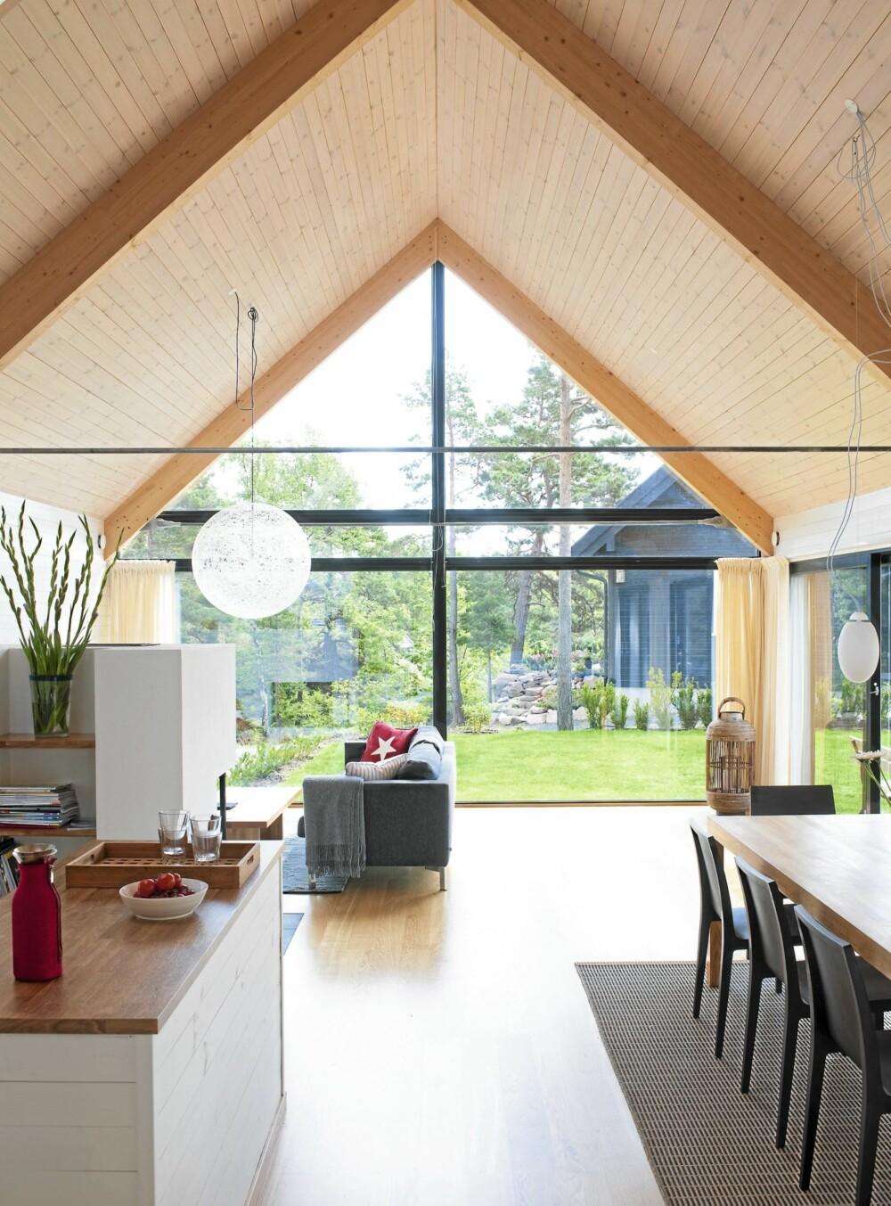 REN STIL: Arkitekturen har en stilig, grafisk effekt - også sett innefra hytta. Legg merke til hvordan taket er bygget opp.