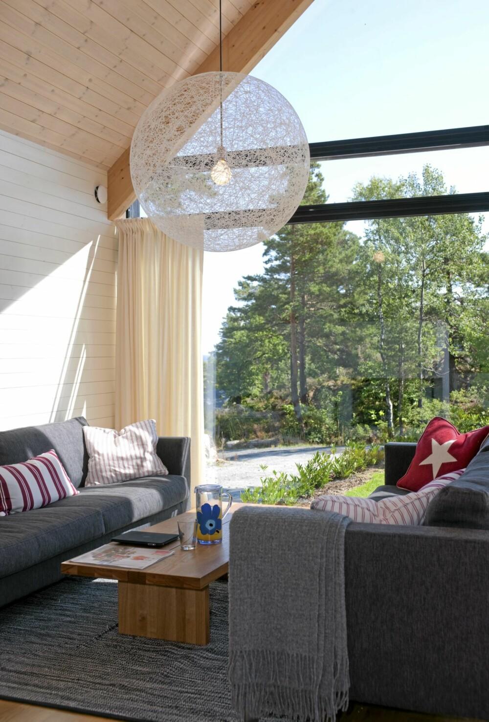 SOMMER PÅ SØRLANDET: En frodig, fargerik innredning understreker sommerstemningen i stuen.