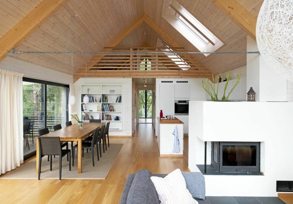 HARMONISK HELHET: Fra litt avstand er det mulig å se hvordan hovedrommet i huset er komponert. Utgang terrasse til venstre.