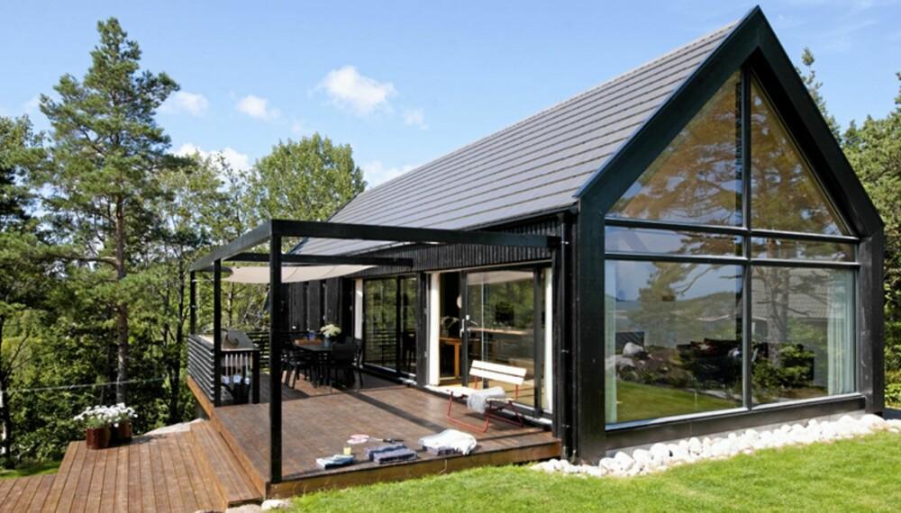 ORIGINAL FORM: Hytta har en takvinkel på førtito grader og glassfasaden åpner bygningen kompromissløst mot utsikten. Design: Morfeus arkitekter.