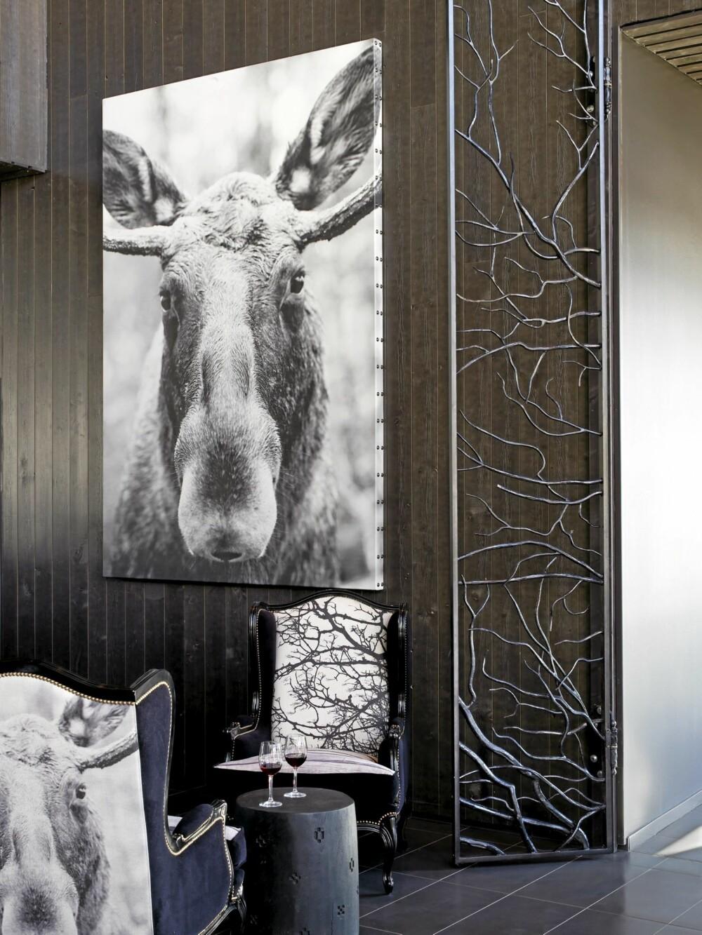 LOKALE DYREMOTIVER: Det er fotograf Ole Walter Jacobsens bilder som er blitt benyttet på hotellet. Motivene finner vi på stoler, lampeskjermer og som bilder på veggene. Et gjennomgående finurlig konsept laget spesielt for Norefjell.