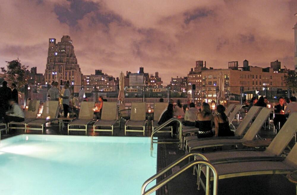 NATTBAD: Ta deg en dypp i den berømte bassenget på hotellets takterasse.
