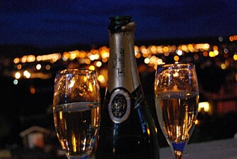 ROOM SERVICE: Hvorfor ikke ta med deg en flaske vin ut på balkongen og nyt utsikten - og hverandre.