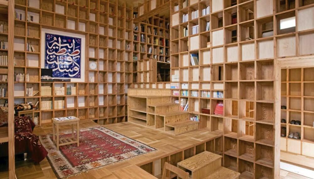 BOKHYLLEHUSET: Eieren av huset har en betydelig samling bøker som han ønsket å få plass til og vise frem. Løsningen ble å kle hele interiøret med bokhyller.