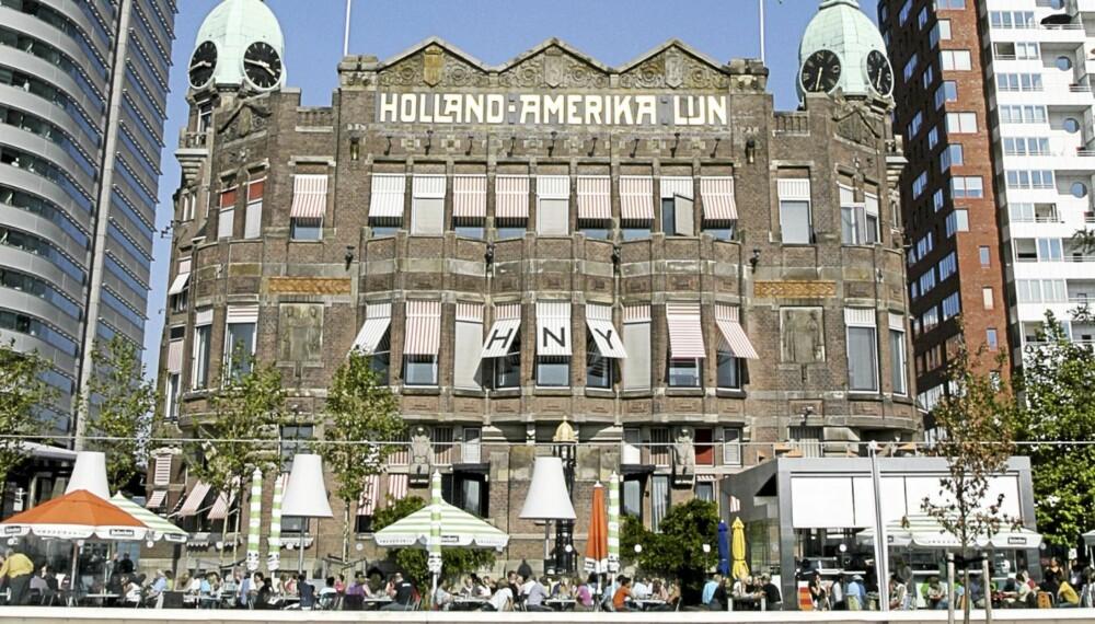 INTERNASJONAL MØTEPLASS: Når været innbyr til det samles hotellgjester og trendfolket på plassen rett foran den historiske, jugend kontorbygningen fra 1901.