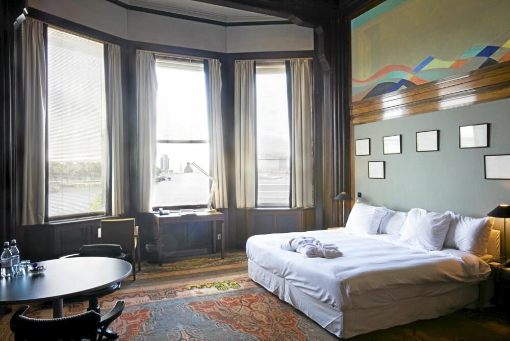SOV SOM EN KONGE. I rom 1022 er det både gulvplass og takhøyde. Den er en rekke av disse mega-rommene. Noen med gedigne peiser. De originale teppene i rommet er rehabiliterte.