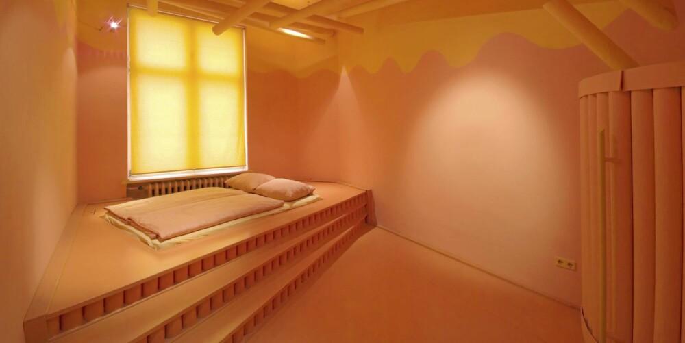 Orange room: Bare oransje farger og minimalistiske former skal sørge for avslapning. Pris 99 euro