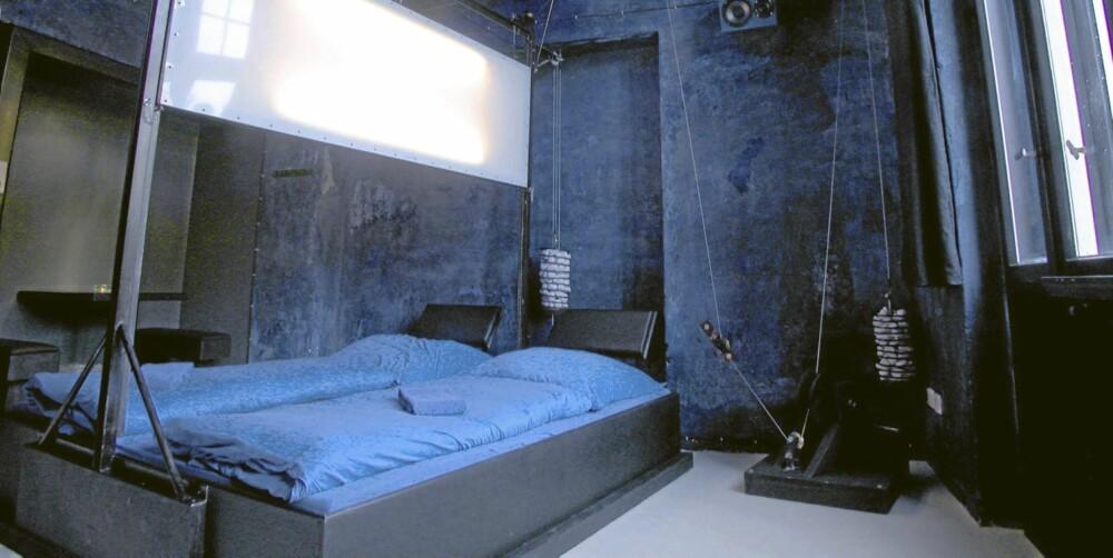 Space-Cube: Skal vi sove sammen eller i egne senger? Du kan avgjøre i siste øyeblikk og sveive ned en vegg mellom sengen. Pris 115 euro.