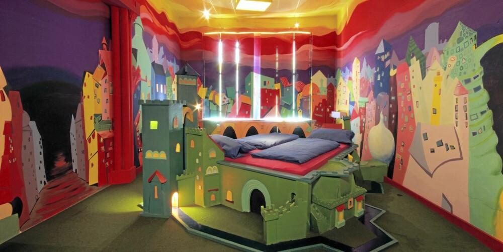 Castle Room: Hva med å bo i en gigantisk fargerik trefestning? Pris 115 euro.