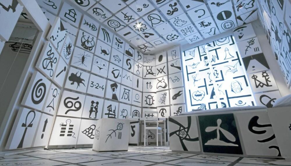 Symbol Room: Dette svarte og hvite symbolrommet skal trigge fantasien til å tenke over betydningen av et symbol. Her er det 300 til sammen. Pris 99 euro.
