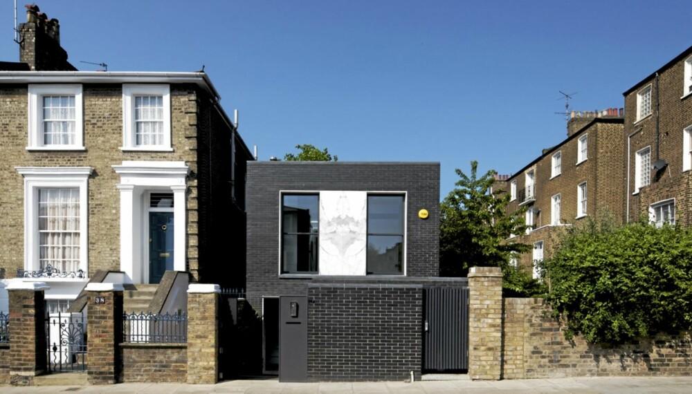 PRISGITT: The Shadow House ble bygget på en liten falleferdig garasjetomt. Huset er en skygge i seg selv og nå er det nominert til den prestisjetunge Royal Institute of British Architects Manser Medal.