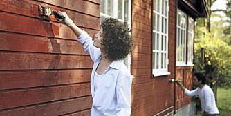 FØR OKTOBER: Du kan fremdeles male huset, men mal før 1. oktober. Malermestre er redd for fukt og minusgrader om sensommeren og høsten.