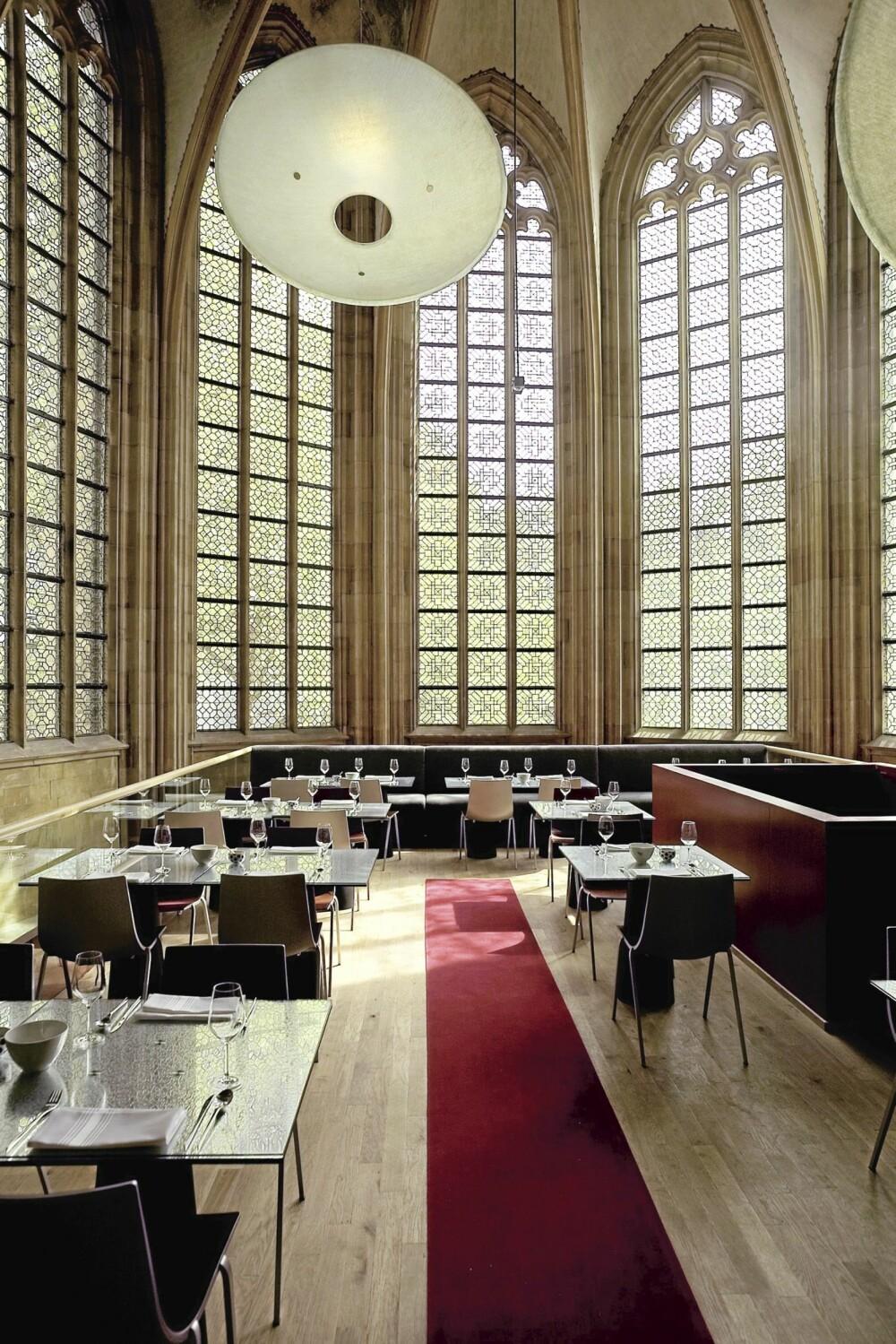 ENORME VINDUER: Spisesalen er høyreist og et imponerende skue. Her er det Hotellet åpent hver dag for lunsjer og middager.