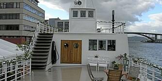GOD PLASS: Husbåten har uteplasser på flere nivåer, totalt er det cirka 190 kvadratmeter dekksplass og deler av uteplassen er under tak.