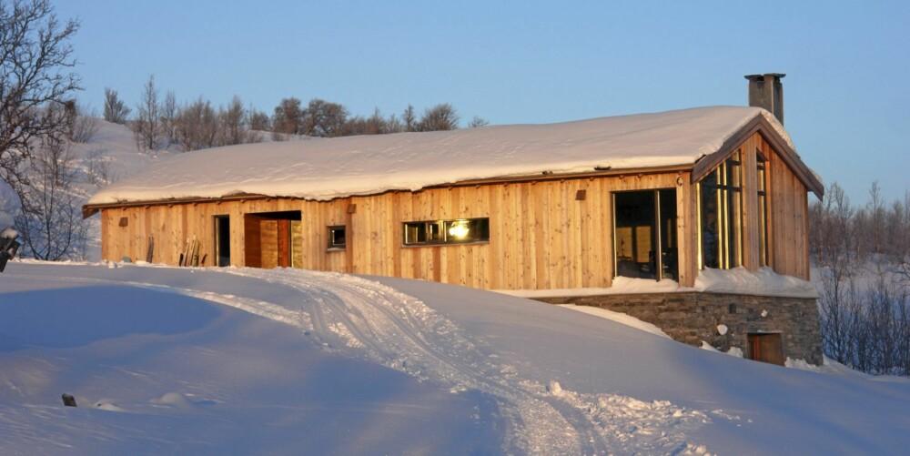ØSTERDALEN: Hytta ligger i Holøyen i Tolga kommune i Nord-Østerdal. Boarealet er på 110 m²;  60 m² i hovedetasjen, 50 m² i kjelleren. Fasiliteter: Det er solenergi og vann fra bekk. WC med septiktank. Gassfyrt vannbåren varme i gulvet. Byggmester Terje Holøyen fra VS Entreprenør har stått bak prosjektet.