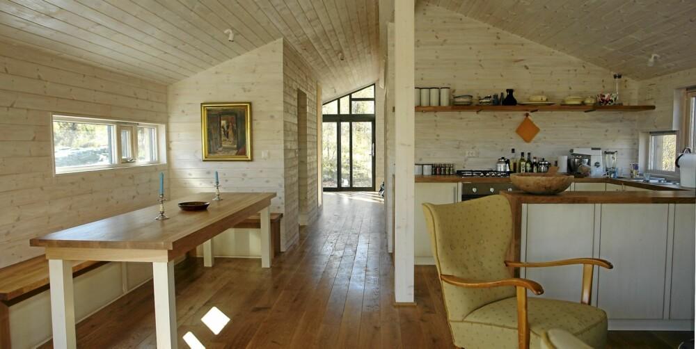 SOLID OG ENKELT: De skreddersydde interiørløsningene som bord, benker, kjøkken, senger og skap er tegnet spesielt for hytta av Os Trekultur.