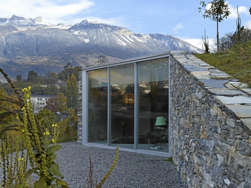 SPEKTAKULÆR NATUR: Fortjener kanskje spektakulær arkitektur. Stedstilpasset arkitektur har i hvert fall vært utgangspunktet i dette prosjektet. Materialbruken har i hovedsak vært stein, betong og glass.