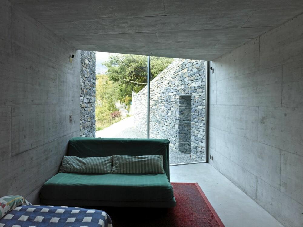 RENE FLATER: Det innvendige består av flater i rå ferdig betong. Lysinnslippet går fra gulv til tak.