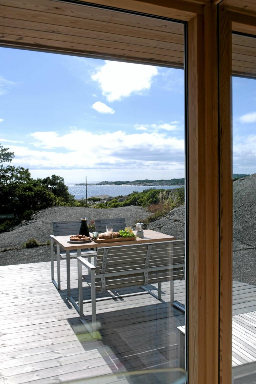 DEN NYE UTSIKTEN: Utsynet mot sør er et av den nye hyttas fremste kvaliteter. Utemøblene er fra Ikea.