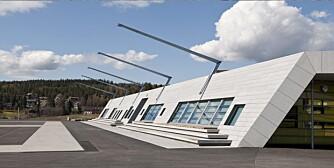 VINNEREN: Med en lav, enetasjers bygningskropp med skrå granittflate markerer Gjerdrum ungdomsskole seg i det flate åkerlandskapet.