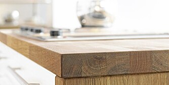Hvordan bør man behandle benkeplaten på kjøkkenet når den er laget i heltre, som for eksempel eik?