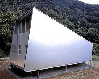 BAKSIDEN: Hytta har en bakdør og vinduer i loftetasjen.