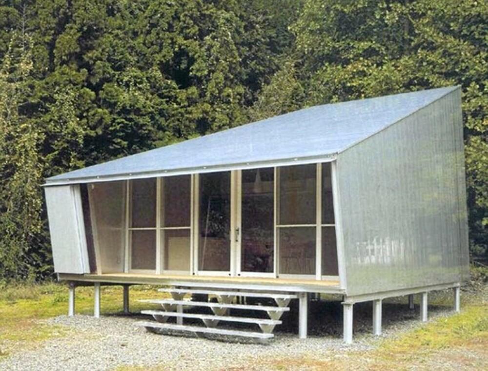 ENKEL: Hytta er kledd i aluminium og står på stolper.