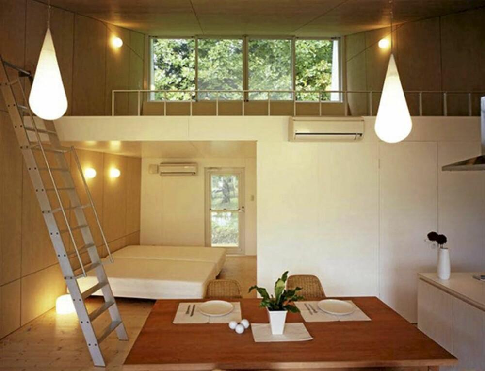 VARMT INTERIØR: Hytta er enkelt innredet, med varmt treverk og hvite flater. Den kompakte løsningen har både sovedel, kjøkken og hems.