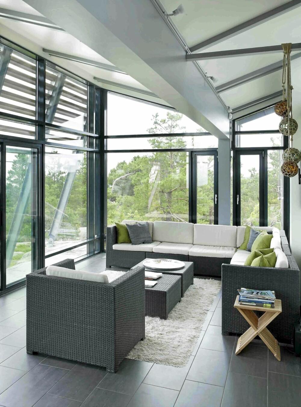 GJENNOMSYN: Store vinduer samt glasspartier inne gjør lysholdene svært gode. Vinduene kommer fra H. Glass.