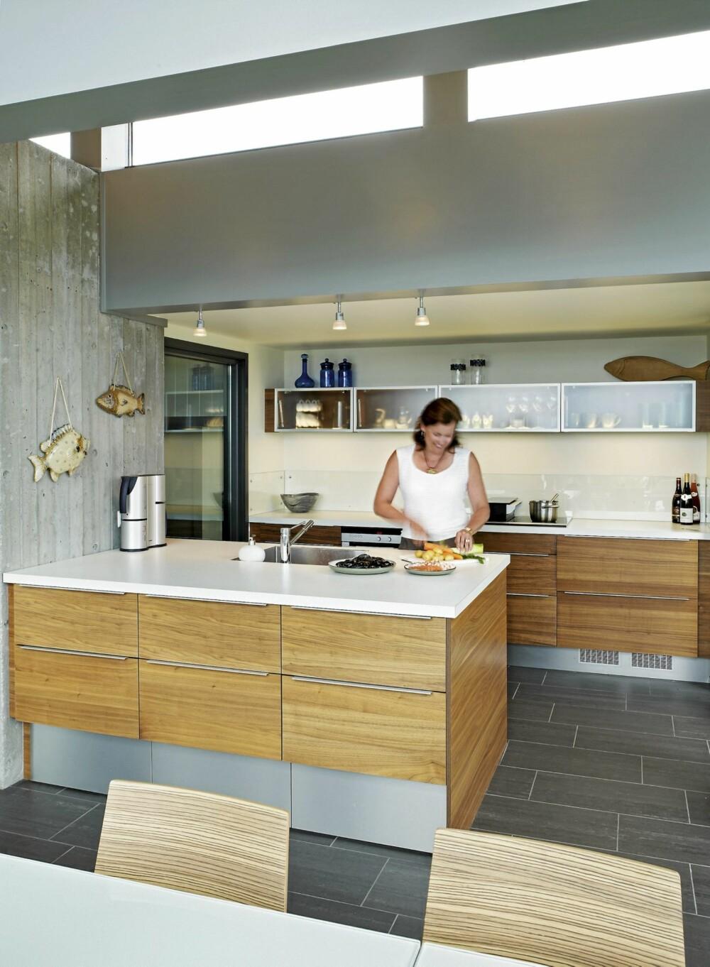 INSPIRERENDE MATLAGING: Kjøkkenet har rene linjer og gode arbeidsforhold. I stedet for tradisjonelt kjøleskap valgte familien kjøleskuffer. Fra taket kommer dagslyset ned på kjøkkenbenken. Kjøkkenet er fra HTH.