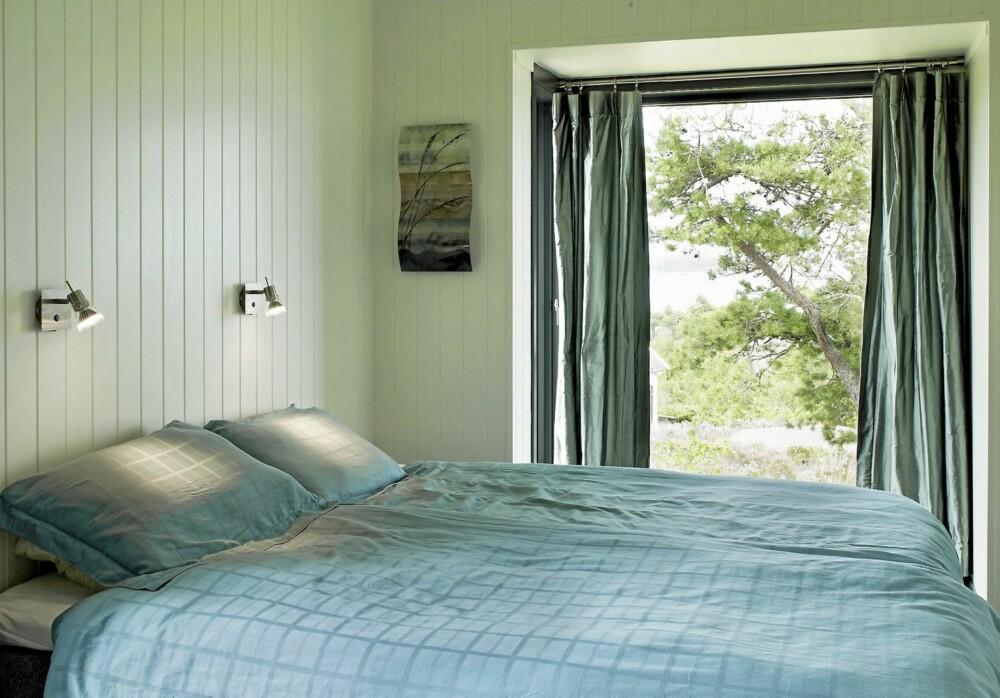 RETT UT: Soverommet er passe stort for en dobbeltseng. Virker det trangt er det bare å åpne døren.