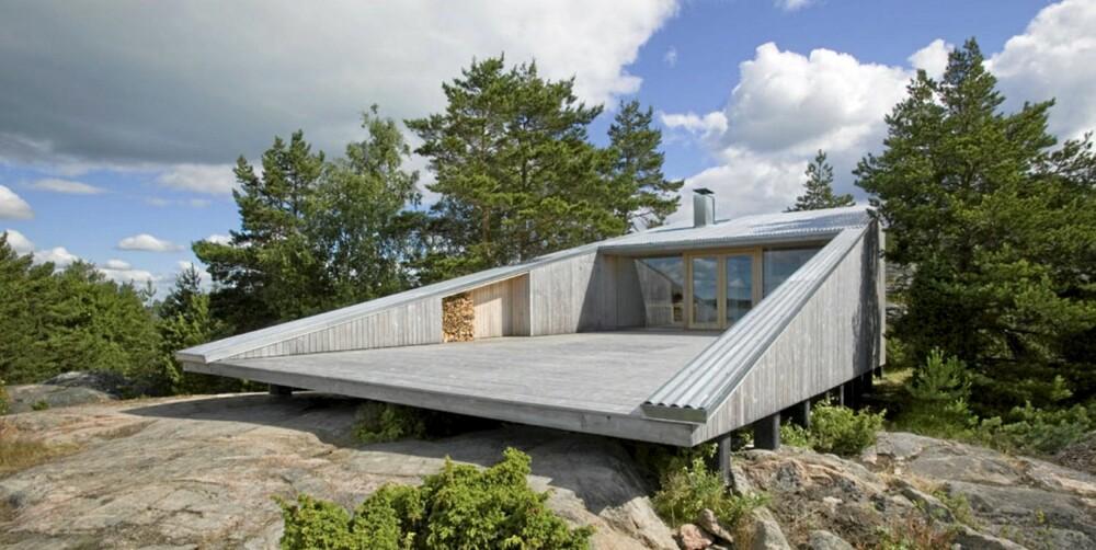 """ET FRISTED: Hytta med navnet """"Villa Mecklin"""" står på påler slik at nesten svever over bakken. Den utrolige, smekre strømlinjeformen er  signert Huttunen-Lipasti-Pakkanen Architects."""