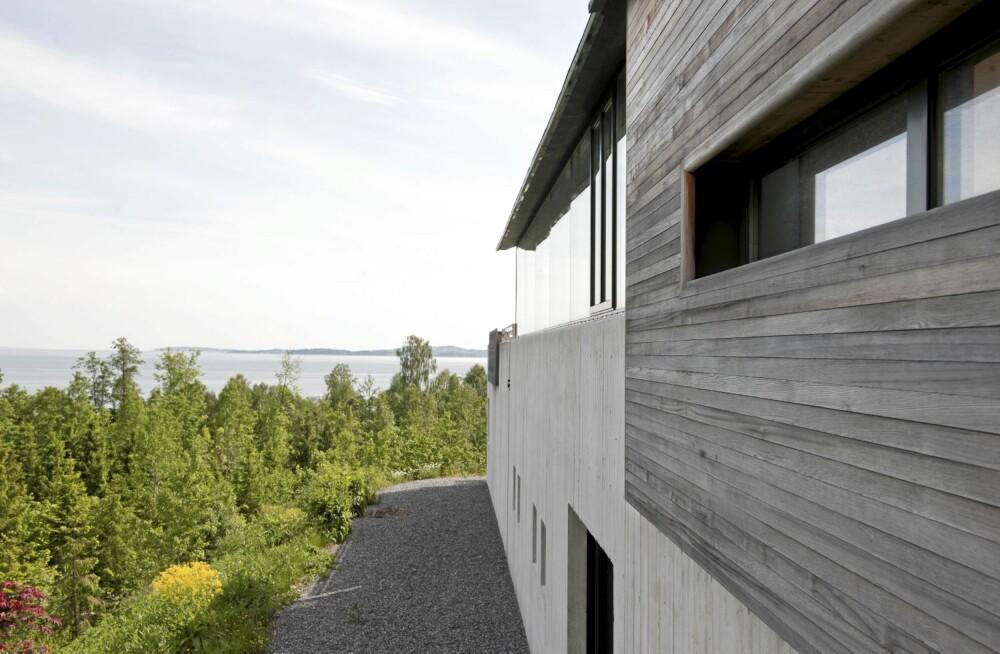 HELSTØPT: Med kominasjonen betong, tre og glass blir fasaden mot veien et syn i seg selv.