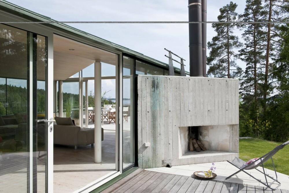 UTEIDYLL: Når kvelden faller på er tiden inne for å fyre på peisen - utvendig. Taket er kledd med grønn Nordic kobbeplater. De er vedlikeholdsfrie. Det er også terrassen laget av Kebony terrassebord.