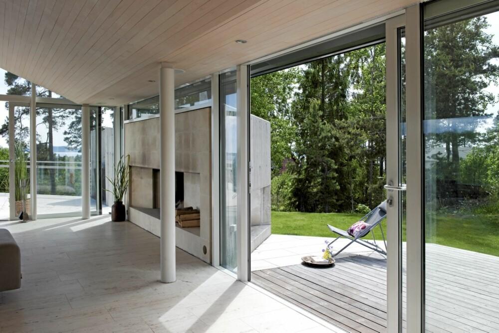 FULL  FORBINDELSE: Her ser du hvordan de store skyvedørene åpner stuen totalt mot terrassen.
