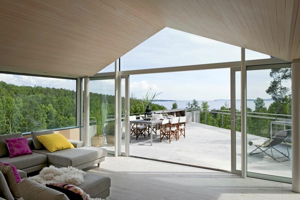 HAVET I SIKTE: Så fritt og usjenert er det mulig å legge en stue med terrasse, selv om anlegget troner på toppen av en åsrygg. Sofa tegnet av Norway Says.
