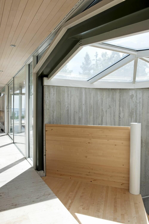 EN FLOM AV LYS: Det prismeformete glasstaket slipper dagslyset helt ned i bunn av trappen.